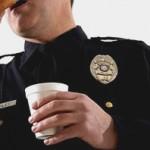 Полицейского отправили в отставку за вымогательство бесплатного кофе